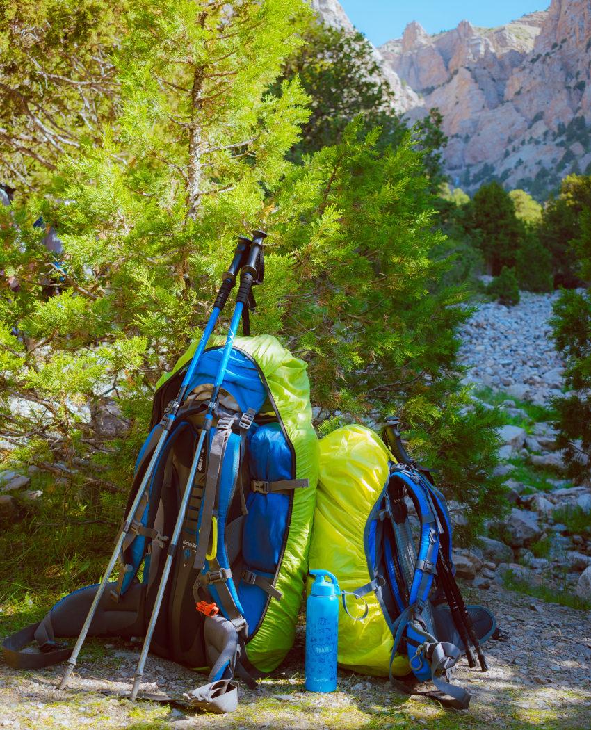 Zwei Backpacker-Rucksäcke in verschiedenen Größen samt Regenschutz-Hülle